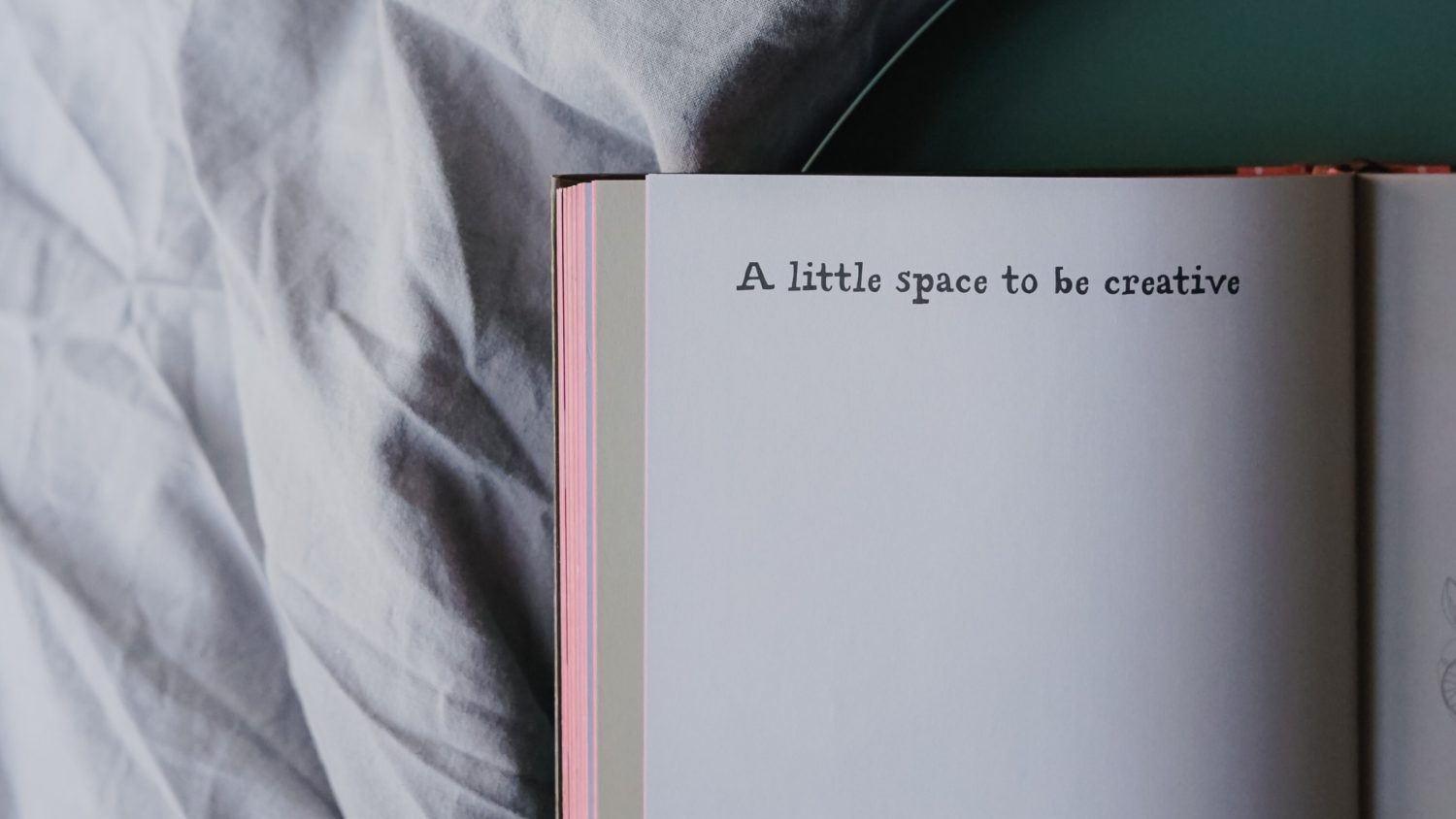 Notizbuch mit Text: A little space to be creative.